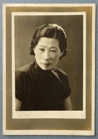 民国时期拍摄《短袖旗袍妇人半身照》原版黑白老照片1张
