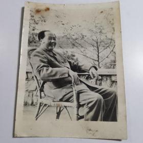 黑白老照片《毛主席 做藤椅》【店编2】