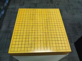 本榧棋墩,榧木棋墩,日本围棋。 材质:日本榧木 尺寸:45.6*42*22,盘厚8.8 状态:榧香四溢,天面保护的完好,有正常使用痕迹,天面无磕碰五裂痕,十二边八角保护的相当好。底部有一些小裂痕。  因特殊商品售出概不退换。