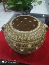 黄绿釉镂空陶制香熏罐,置于翠竹苑