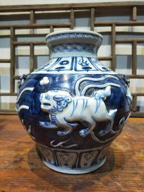 双狮兽耳瓶一件,器型精致漂亮浮雕绘画精致,完整器型大气尺寸如图