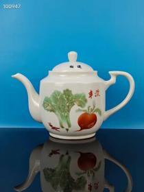 文革时期《丰收》端壶一把,全品保存完整,原装原套老茶壶,包浆圆润,磨损自然,正常使用,红色收藏 展览佳品,收藏使用都非常漂亮,全品保真包老,品相如图!