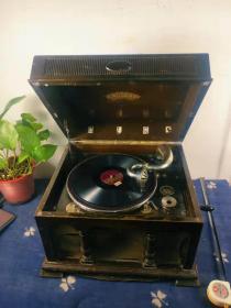 民国时期日本实木机壳手摇机械留声机。皮克极好。音质完美。 机芯运行顺畅无杂音。百年历史。保存不易。惜防尘无纺布年代久远破损。收藏佳品,品相一流。