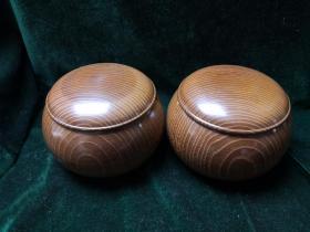 日本围棋棋具一套 :本桑棋笥,怀志底款,蛤碁石那智黑各179枚