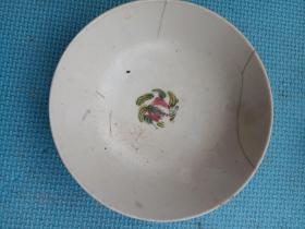 民国时期,瓷碗一只,粉彩手绘,瓷质细腻,是比较高档的瓷器,可惜碰坏了,又在能工巧匠的修复下破镜重圆!还可使用!详情见图以及描述。