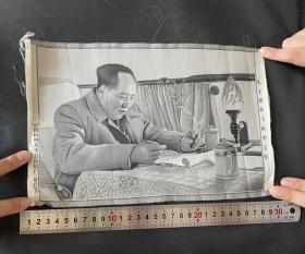 毛主席在飞机中工作 文革绣画 杭州东方红丝织厂18*27公分