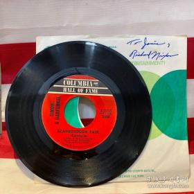 """【美国前总统 理查德·尼克松 签名签赠(Jamie)45转LP黑胶唱片一张 】曲目包括美国知名乐队演唱组合Simon and Garfunkel为经典电影《毕业生》创作的主题曲""""斯卡布罗集市"""",反映了水门事件之后美国人的心态。"""