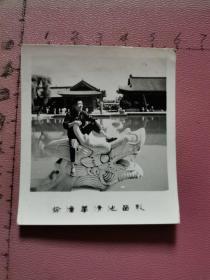老照片:一位男青年坐在临潼华清池的龙头上留影(1978年、背面手写诗2句:杨妃池内…)见书影及描述