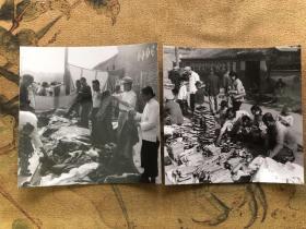 【北京风情老照片】五六十年代北京卖衣服卖布鞋的地摊照片二张