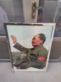 主席像  尺寸:长65c m;高95cm  下乡偶然得来毛主席一九六六年毛主席在北京天安门城楼上检阅无产阶级文化革命大军的一张珍贵照片、画像比较完整、四框有点磨损。收藏佳品、