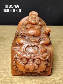 秋莹作,寿山石芙蓉石弥勒佛印章赏件,雕工精美。