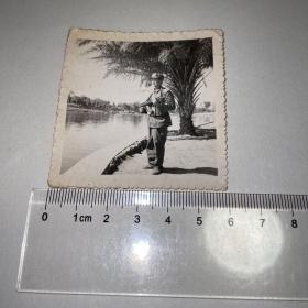 军人湖边照片