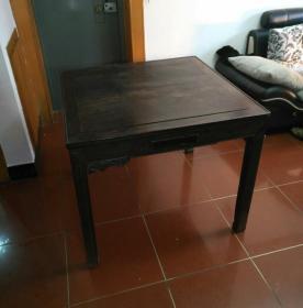 巨大红木大桌!清代制造,长98宽97高80,属麻将桌,厚重正宗酸枝硬木,年代久远缺些小配件,无碍实用,品相美观原味古朴