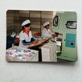老相片,原呼和浩特市糖厂小袋包装车间一角女职工在包装小袋《大青山棉白糖》。