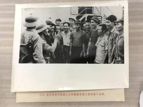 获得解放的岘港工人听解放军战士讲述战斗故事 老照片21102318