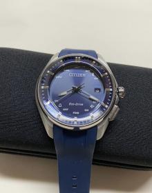 西铁城钛合金光动能手表BZ4000-07L男女同款时尚智能蓝牙手表运动手表原装正品,表行专柜样品,仅仅用于试戴,几乎全新。W410机芯,表径40mm(不含表冠),厚11mm,重53克,100米防水,舒博钛表壳表扣,PU橡胶表带,防反射涂层曲面蓝宝石玻璃镜面,蓝牙,万年历,夜光等功能强大。 几乎全新,品相如图,走时精准,蓝牙连接迅速灵敏,各项功能正常。