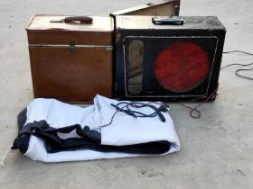 民俗老电影放映机一套,江苏南京产 老长江牌16毫米  钨灯一体电影放映机一套  品相一流  有影布且影布无洞无破损 正常放映 且图像清晰 声音响亮  值得拥有