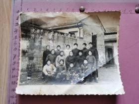 老照片:沈xx陈xx结婚典礼全家合影 1975.元.20(朴素的穿着、尺寸:15×12.5cm)