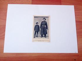 1913年书页照片《身材奇高的蒙古牧民》(EN IMPONERANDE MEDLEM UR HUTUKTUNS LIFVAKT,Till vanster en ryss)-- 选自《中国民国开端》-- 后附卡纸30*21厘米,照片尺寸11.5*7.5厘米