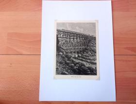1882年木刻版画《世界铁路建设史上的奇迹:尼哈勒姆山谷中的木质结构铁路大桥(美国环太平洋铁路穿越喀斯喀特山脉的大桥,原木建成),俄勒冈州》(Brucke uber den Dale)-- 美国太平洋铁路修建于19世纪60年代,是第一条横贯北美大陆的铁路,被评为自工业革命以来世界七大工业奇迹之一 -- 选自《风景如画的美国》 -- 后附卡纸30*21厘米,版画纸张18*13厘米(后附原版老照片)