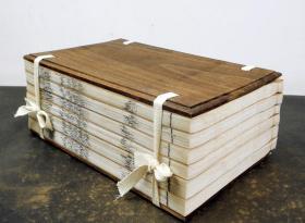 【明代古籍珍本】明万历精刻本【路史---發挥】一夹板六厚册一套全,白纸大开本,记述了上古以来有关历史,地理,风俗,氏族等方面的传说和史事,神话历史集大成之作,全部是罕见的远古故事和传说。传世极少,亦当珍惜宝之。