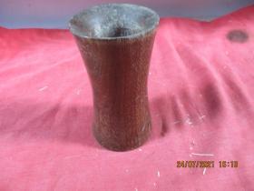 清朝紅木老筆簡一件,直徑7cm,高12.5cm,品好如圖。