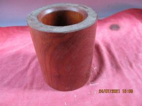 民國紅木老筆簡一件,直徑12cm,高15.5cm,重2斤多,品好如圖。