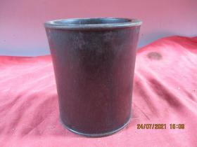清朝紅木老筆簡一件,直徑10.5cm,高12.3cm,品好如圖。