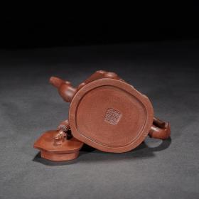 品名:松鼠葡萄壶 尺寸:17/11cm 容量:380cc 紫砂分类:原矿清水泥