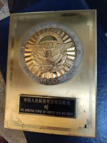1950年 纪念铜制牌,中间徽章金制。整体大约重688克 。19.5厘米14.5厘米。。1950年中国人民解放军空军空降兵赠。。