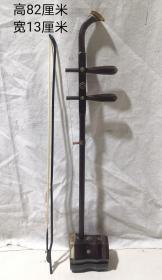 珍藏红木镶宝石乐器二胡,由琴筒琴杆、琴皮(莽皮)、弦轴、琴弦、弓杆、千斤、琴码和弓毛(马尾鬃)等组成的,二胡带有盒子和松香一盒。