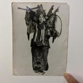 富连成京剧社社长 叶龙章(1906-1988,叶盛兰长兄) 签名戏装照一张