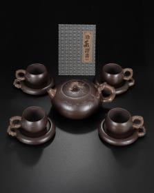 品名:松针壶套具 尺寸:壶18/9厘米,杯10/4.5厘米,杯托13/2厘米 容量:壶600毫升,杯100毫升 紫砂分类:紫泥