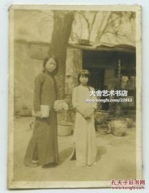 民国日军侵华时期拍摄的中国年轻女子二人老照片