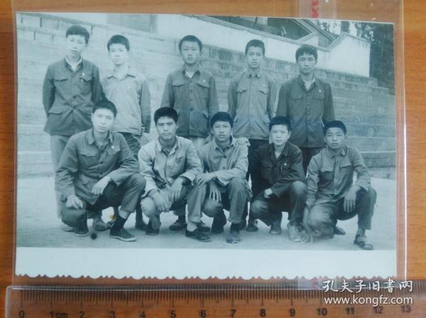 云南大理 三中 胸前佩戴毛主席像章、即将毕业的中学生 上山下乡的知识青年  文革原版照片