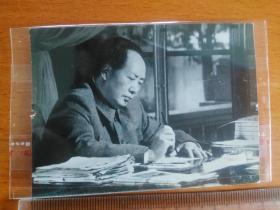 毛主席在办公、写字  ,毛主席在火车上抽烟 文革老照片(2张合售)