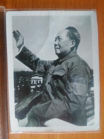 """毛主席佩戴""""红卫兵袖章""""在天安门城楼上 向百万游行队伍招手 文革老照片"""
