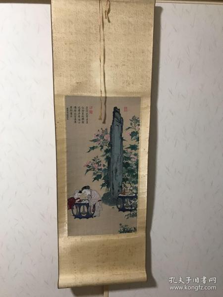 "D-0058回流美术 《仿古艺术缂丝故宫名画第二种 苏汉臣秋庭戏婴图》采用传统刻丝工艺制作的故宫名画 是汉族传统丝绸艺术品中的精华。作为中国汉族丝织业中最传统的一种挑经显纬,极具欣赏装饰性丝织品。常有""一寸缂丝一寸金""和""织中之圣""的盛名。尺寸109*37cm"