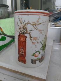 满洲国时期,〈小型〉文人笔筒。〈稀见〉博古花卉图案,高11.2㎝,直径7.6㎝。底部有款