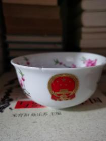 中南海怀仁堂 7501瓷 水点桃花 鎏金国徽碗 胎釉细腻 通透洁白 有磕损