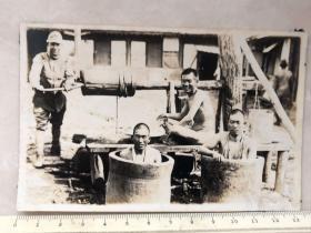 民国抗战时期日本鬼子水井旁洗澡原版老照片