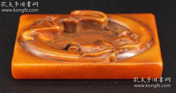 纯天然老寿山石精雕《福从天降笔舔》程良制款,非常精美  尺寸为10X6X1.3厘米,重248克