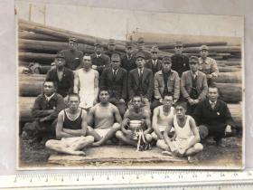 民国抗战时期捧着奖杯的日本人原版老照片
