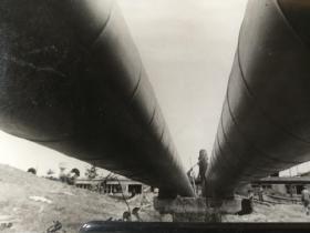 1974年我国建成的第一条地下大动脉大庆至秦皇岛输油管道照片