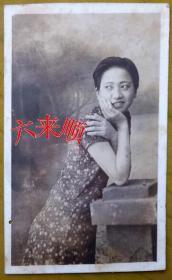 【民国老照片】民国旗袍美女,回眸一笑百媚生。照相馆布景。1939年,看背题。