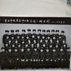 黑白照片 重庆市税务局市中区分局一科留影1984年春节
