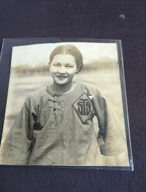1925年远东运动会中华民国女运动员佩戴胸标照