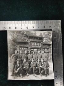 老照片系列:77年文艺宣传队大辫子青年女兵大合影照片1张。