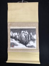 B35回流手繪佚名【雪山之圖】紙本紙裱樹脂軸頭,畫芯43*31㎝,品相如圖老舊。