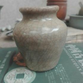宋元时期龙泉青瓷哥釉小罐。口径4.6厘米,腹径7厘米,底径4.5厘米,高8厘米。纹线自然,釉面肥润。小精品。